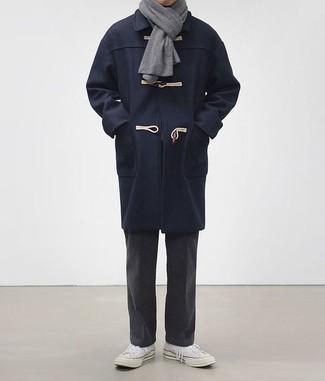 Comment porter une écharpe grise: Choisis un duffel-coat bleu marine et une écharpe grise pour une tenue idéale le week-end. Apportez une touche d'élégance à votre tenue avec une paire de des baskets basses en toile blanches.