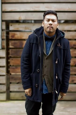 Comment porter: duffel-coat bleu marine, cardigan à col châle olive, chemise en jean bleu marine, pantalon cargo noir