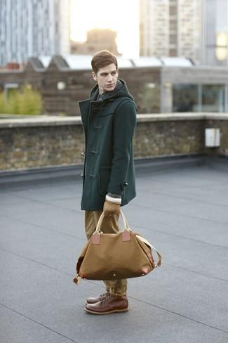 Comment porter: duffel-coat vert foncé, chemise à manches longues à carreaux bleu marine, pantalon chino marron clair, bottes de loisirs en cuir marron