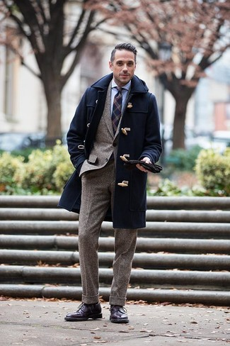 Comment porter un duffel-coat bleu marine: Pense à harmoniser un duffel-coat bleu marine avec un costume en laine marron pour dégager classe et sophistication. Une paire de des bottes brogue en cuir pourpre foncé apporte une touche de décontraction à l'ensemble.