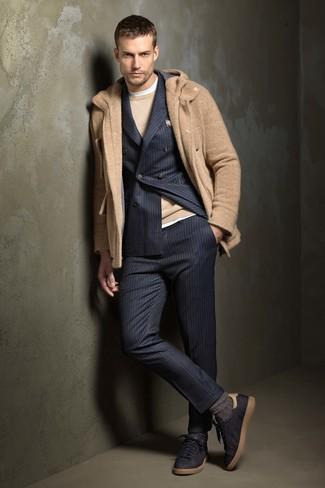 Comment porter: duffel-coat marron clair, costume à rayures verticales bleu marine, pull à col rond marron clair, t-shirt à col rond blanc