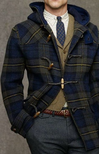Comment porter: duffel-coat bleu marine, gilet en laine olive, chemise de ville à carreaux blanche, pantalon de costume en laine gris foncé