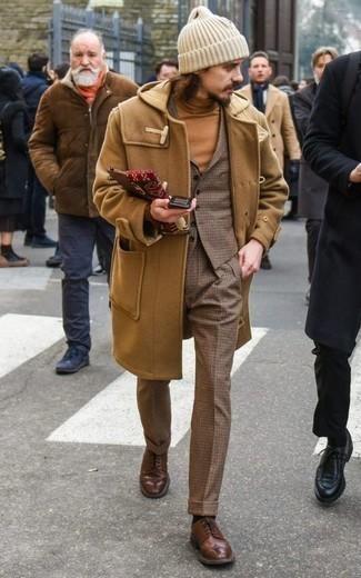 Comment s'habiller en hiver: Essaie d'harmoniser un duffel-coat marron clair avec un pantalon de costume en laine à carreaux marron pour un look pointu et élégant. Cet ensemble est parfait avec une paire de chaussures brogues en cuir marron. Cette tenue est juste canon et hivernale comme il faut.