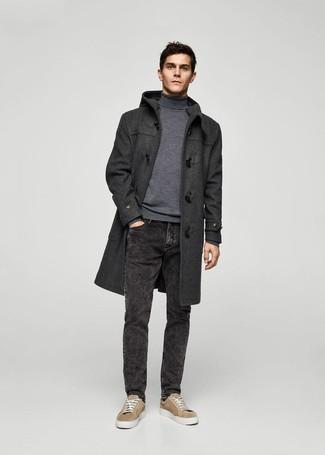 Comment porter: duffel-coat gris foncé, pull à col roulé gris, jean noir, baskets basses en daim marron clair