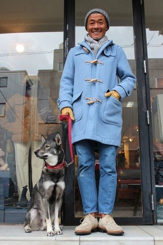 Comment porter: duffel-coat bleu clair, jean bleu, bottines chukka en daim beiges, bonnet gris