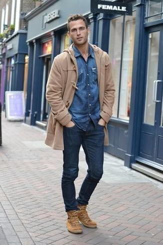 Comment porter: duffel-coat marron clair, chemise en jean bleue, jean bleu marine, bottes de loisirs en daim marron clair