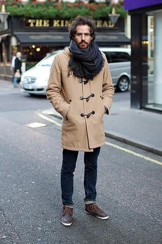 Comment porter: duffel-coat marron clair, jean skinny bleu marine, chaussures bateau en cuir marron foncé, écharpe écossaise bleu marine