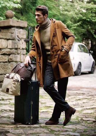 Comment porter: duffel-coat marron, pull à col roulé marron, pantalon de costume à rayures verticales bleu marine, chaussures derby en daim marron foncé
