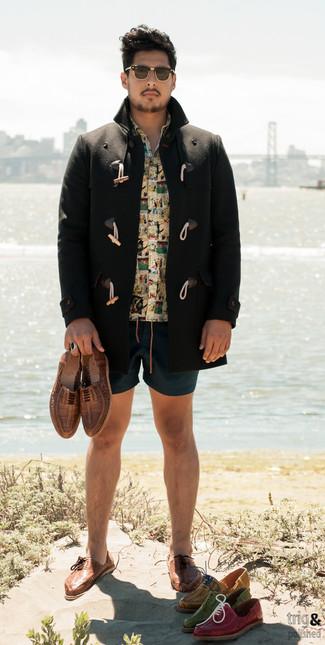 Comment porter: duffel-coat noir, chemise à manches courtes imprimée jaune, short bleu canard, chaussures richelieu en cuir tressées marron