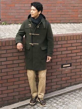 Comment porter: duffel-coat olive, pantalon chino marron clair, bottes de loisirs en cuir marron foncé, écharpe écossaise bleu marine et vert
