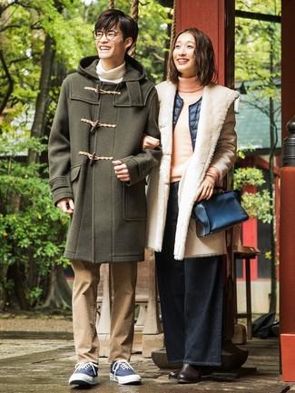 Comment porter: duffel-coat olive, pull à col roulé blanc, jean marron clair, baskets basses en toile bleu marine