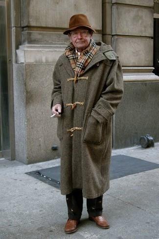 Comment porter une écharpe écossaise marron clair: Essaie d'associer un duffel-coat marron avec une écharpe écossaise marron clair pour un look idéal le week-end. Complète cet ensemble avec une paire de des slippers en cuir marron pour afficher ton expertise vestimentaire.