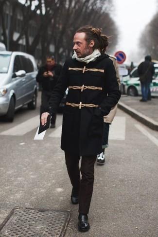 Comment porter des slippers en cuir noirs après 40 ans: Associe un duffel-coat noir avec un pantalon de costume marron foncé pour un look classique et élégant. Une paire de des slippers en cuir noirs est une option astucieux pour complèter cette tenue.