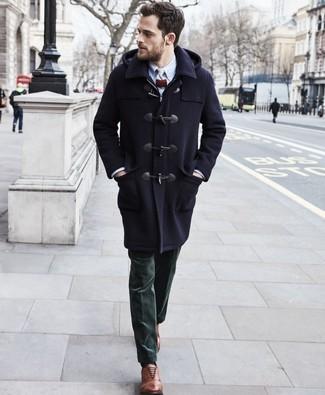 Comment porter des chaussures richelieu en cuir marron: Harmonise un duffel-coat bleu marine avec un pantalon de costume en velours côtelé vert foncé pour une silhouette classique et raffinée. Assortis ce look avec une paire de des chaussures richelieu en cuir marron.