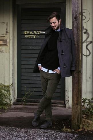 Comment porter: duffel-coat gris foncé, pull à col rond noir, chemise à manches longues bleu clair, jean en velours côtelé olive