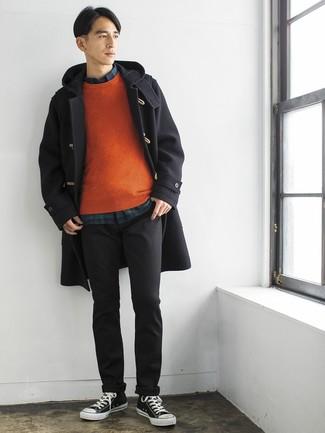 Comment porter: duffel-coat noir, pull à col rond orange, chemise à manches longues écossaise bleu marine et vert, pantalon chino gris foncé