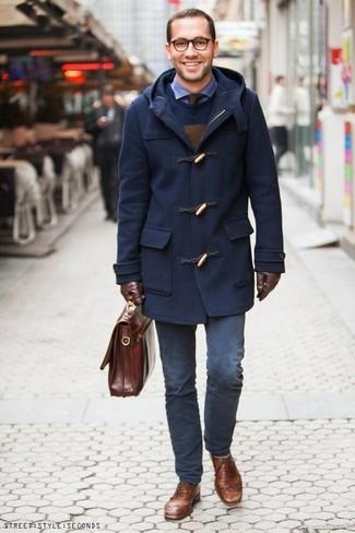 Comment porter: duffel-coat bleu marine, pull à col rond bleu marine, chemise à manches longues en seersucker bleue, pantalon chino bleu marine