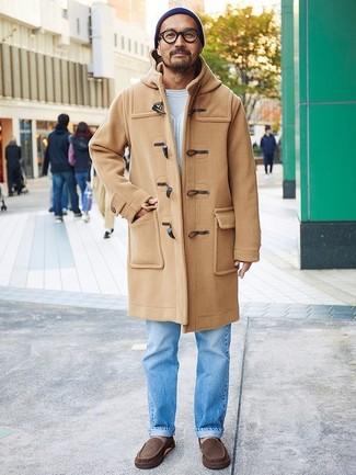 Comment porter un pull à col rond blanc: Harmonise un pull à col rond blanc avec un jean bleu clair pour un look de tous les jours facile à porter. Une paire de des mocassins en cuir marron foncé s'intégrera de manière fluide à une grande variété de tenues.