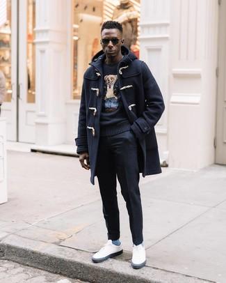 Comment porter: duffel-coat bleu marine, pull à col rond imprimé noir, pantalon de costume en laine noir, baskets basses blanches