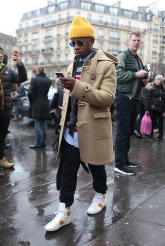 Comment porter: duffel-coat marron clair, pull à col rond à rayures horizontales multicolore, t-shirt à col rond à rayures horizontales blanc et rouge, pantalon de jogging noir