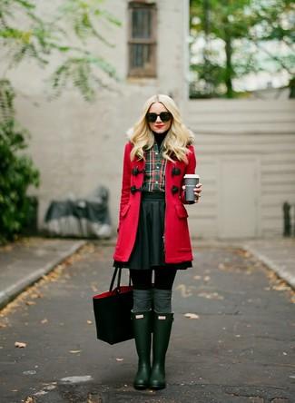 Comment porter: duffel-coat rouge, pull à col roulé noir, chemise de ville écossaise vert foncé, jupe patineuse noire