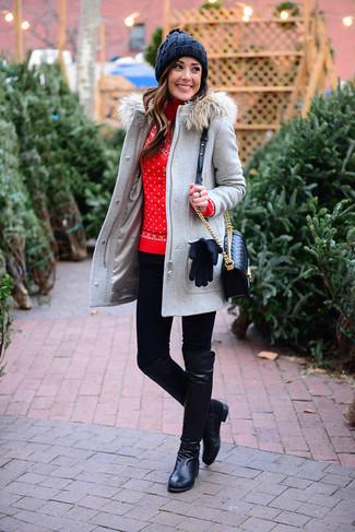 Comment porter: duffel-coat gris, pull à col roulé en laine en jacquard rouge, leggings noirs, bottes hauteur genou en cuir noires
