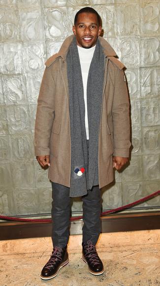 Comment porter: duffel-coat marron clair, pull à col roulé blanc, pantalon chino en laine gris foncé, bottes de loisirs en cuir marron foncé