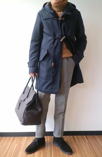 Comment porter: duffel-coat bleu marine, pull à col roulé en laine moutarde, pantalon de costume en laine gris, bottines chukka en daim noires