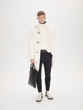 Comment porter un pull à col roulé en laine blanc: Pense à marier un pull à col roulé en laine blanc avec un pantalon de costume noir pour une silhouette classique et raffinée. Une paire de des bottines chelsea en cuir blanches est une option parfait pour complèter cette tenue.