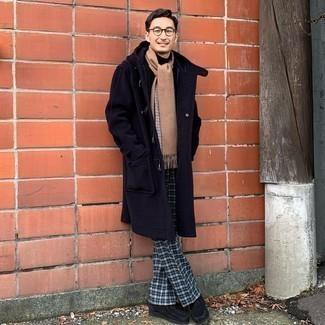 Comment s'habiller quand il fait frais: Essaie d'harmoniser un duffel-coat bleu marine avec un pantalon de costume écossais bleu marine pour un look classique et élégant. Tu veux y aller doucement avec les chaussures? Complète cet ensemble avec une paire de bottines chukka en daim noires pour la journée.