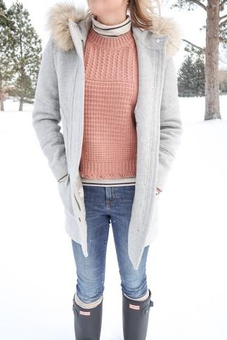 Comment porter: duffel-coat gris, pull à col roulé à rayures horizontales beige, pull torsadé rose, jean skinny bleu