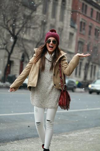 Comment porter: duffel-coat marron clair, pull surdimensionné en tricot beige, jean skinny déchiré blanc, bottines en daim noires
