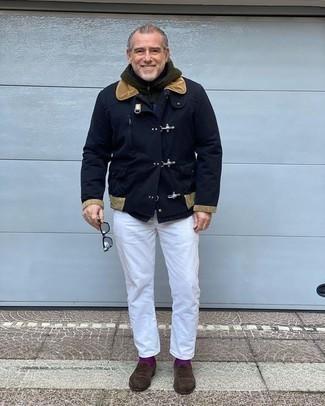 Comment porter des chaussettes pourpres au printemps: Associe un duffel-coat bleu marine avec des chaussettes pourpres pour un look idéal le week-end. Une paire de des slippers en daim marron foncé rendra élégant même le plus décontracté des looks. Nous aimons absolument ce look printanier.