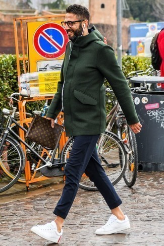 Tendances mode hommes: Porte un duffel-coat vert foncé et un pantalon de jogging bleu marine pour un look de tous les jours facile à porter. Termine ce look avec une paire de des baskets basses en cuir blanches.