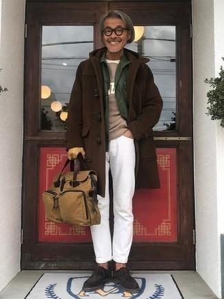 Comment porter une serviette en toile marron clair: Opte pour un duffel-coat marron foncé avec une serviette en toile marron clair pour un look confortable et décontracté. Jouez la carte classique pour les chaussures et complète cet ensemble avec une paire de des chaussures richelieu en daim marron foncé.
