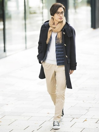 Comment porter: duffel-coat noir, veste sans manches bleu marine, sweat-shirt blanc, pantalon chino marron clair