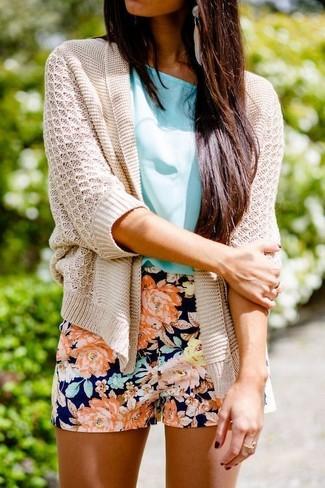 Comment porter: gilet en tricot beige, chemisier à manches courtes turquoise, short à fleurs bleu marine, boucles d'oreilles beiges