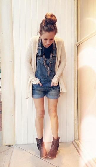Comment porter une salopette-short: Harmonise un gilet en tricot beige avec une salopette-short pour une impression décontractée. Une paire de bottines en cuir marron foncé est une option parfait pour complèter cette tenue.