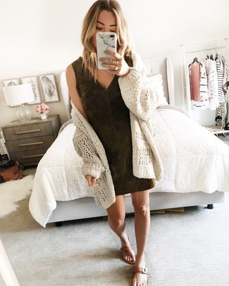 Comment porter: gilet en tricot beige, robe fourreau en daim marron foncé, tongs en cuir marron, bague dorée
