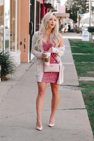 Comment porter: gilet en tricot beige, robe moulante fuchsia, escarpins en cuir roses, sac bandoulière en cuir matelassé rose