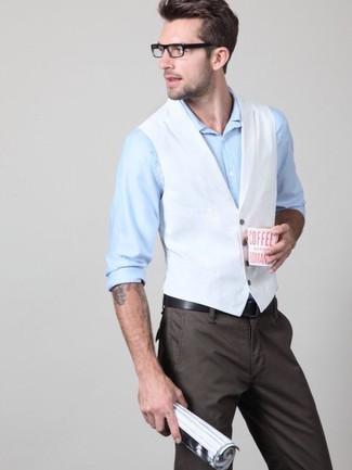 Comment porter: gilet blanc, chemise de ville bleu clair, pantalon chino marron foncé, ceinture en cuir noire