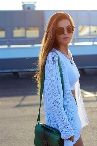 Comment porter: gilet en tricot blanc, top court blanc, short en denim bleu, sac bandoulière en cuir vert