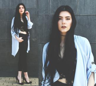 Comment porter: gilet bleu clair, top court en dentelle noir, jean skinny noir, escarpins en daim noirs