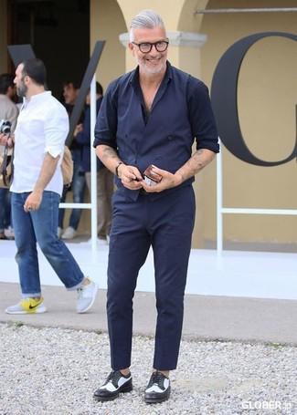 Comment porter: gilet bleu marine, chemise à manches longues bleu marine, pantalon de costume bleu marine, chaussures derby en cuir noires et blanches