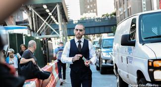 Comment porter: gilet à rayures verticales bleu marine, chemise de ville blanche, pantalon de costume noir, cravate á pois noire