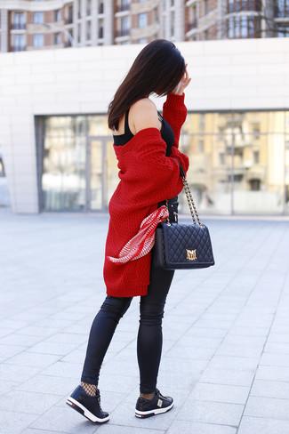 Comment porter un bustier noir: Pense à opter pour un bustier noir et un jean skinny en cuir noir et tu auras l'air d'une vraie poupée. Jouez la carte décontractée pour les chaussures et termine ce look avec une paire de des baskets basses en cuir noires.