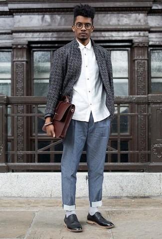 Comment porter une serviette en cuir marron: Essaie d'harmoniser un gilet gris foncé avec une serviette en cuir marron pour une tenue relax mais stylée. D'une humeur audacieuse? Complète ta tenue avec une paire de des chaussures derby en cuir noires.