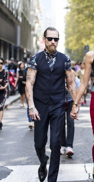 Comment porter une cravate à rayures verticales bleu marine après 40 ans: Porte un gilet noir et une cravate à rayures verticales bleu marine pour un look classique et élégant. Si tu veux éviter un look trop formel, opte pour une paire de des chaussures derby en cuir noires.