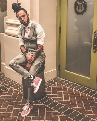 Comment porter: gilet écossais beige, chemise à manches longues blanche, baskets montantes roses, cravate rose