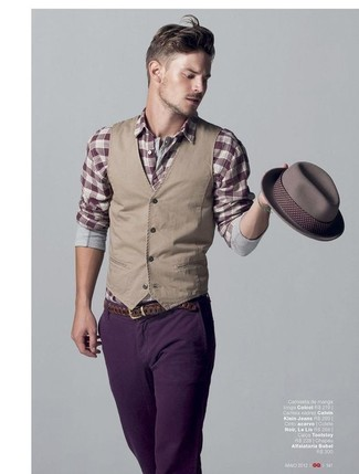 Comment porter: gilet marron clair, chemise à manches longues écossaise bordeaux, jean violet, chapeau gris